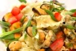 Fettuccia riccia alle vongole © Liz Colletbandnudel, essen, fettucce, fettuccia, fettuccia riccia, fettuccine, foodstilleben, frühlingslauch, frühlingszwiebel, gastronomie, Gemüse, gesundheit, hauptgericht, italien, italy, karotte, La Molisana, lauch, menü, miesmuschel, muschel, muschelfleisch, nahaufnahme, nahrung, nudel, nudelgericht, objekt, paprika, pasta, Pasta La Molisana, pepper, pfahlmuschel, Restaurant, riesling, sauce, schnittlauch, still, stillleben, tagliatelle, teigware, tomate, tomatenwürfel, venusmuschel, vongole, vorspeise, weissweinsauce, zwiebel