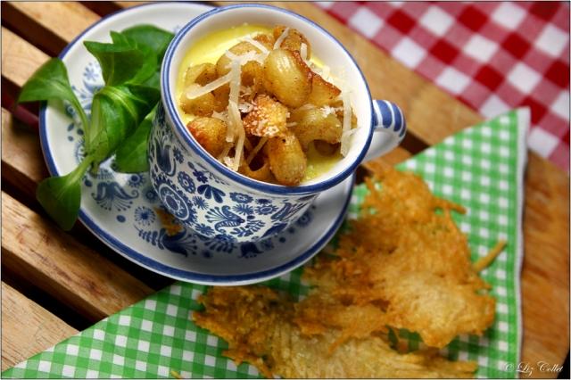 Käsecremesuppe mit Pipette Rigate und Parmiggiano-Chip© Liz Collet