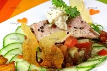 Linsensalat mit Räucherforelle, Kren und knsuprigen Hasen-Kartoffel-Chips© Liz Collet